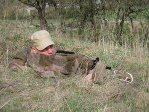 Tarnschal über Waffe